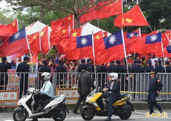 為了反制愛國同心會在中央藝文公園插百面五星旗,警方則在愛國同心會的抗議地點前插上11支國旗。(圖為資料照,記者黃美珠攝)