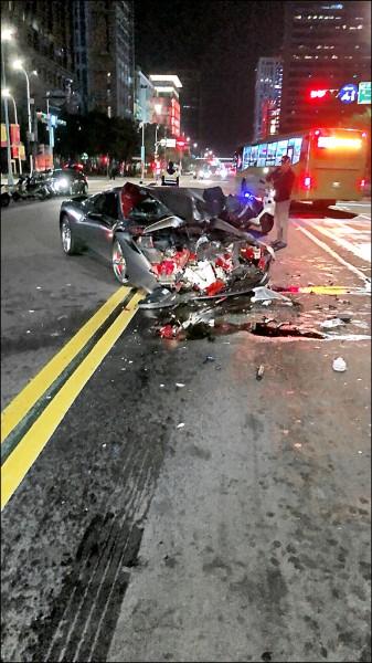 法拉利車頭全毀。(記者姚岳宏翻攝)