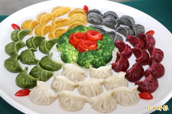 五行開運高麗菜水餃顏色漂亮,很適合過年吃。(記者陳鳳麗攝)