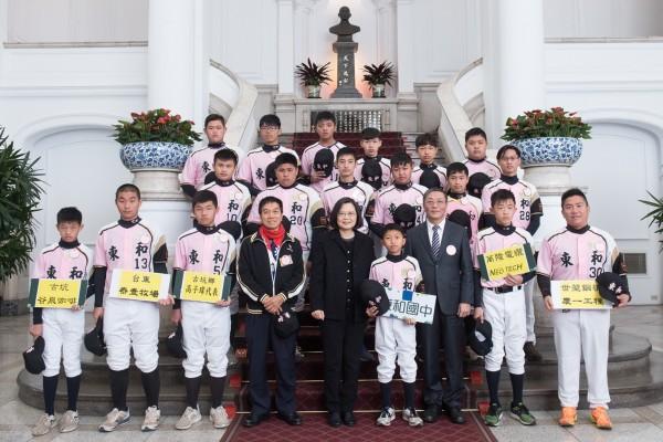 東和國中棒球隊奪得總統盃慢壘錦標賽冠軍,獲邀參觀總統府,總統蔡英文與球員們合影。(記者黃淑莉翻攝)