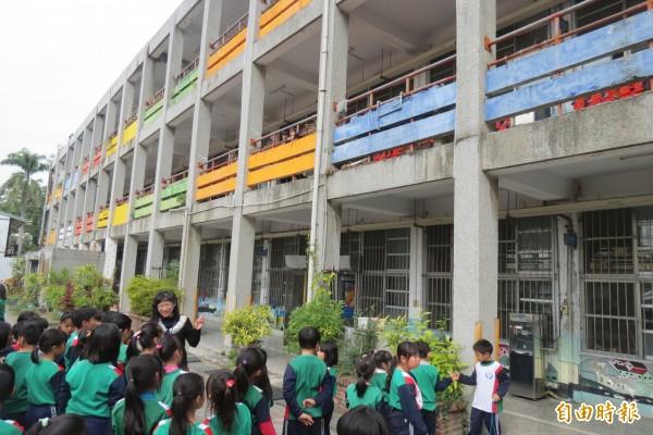 向老校舍說再見!台中市成功國小寒假將拆逾40年的舊校舍,學校今天辦惜別會,帶領學生校舍巡禮。(記者蘇孟娟攝)
