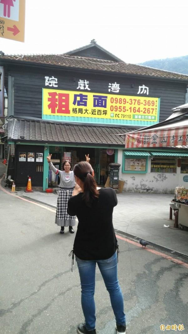 內灣戲院為內灣老街的特色景點之一,經常吸引遊客在建物外拍照、打卡;不過,戲院外牆近日懸掛大大的店面招租廣告,引起不少議論。(記者廖雪茹攝)