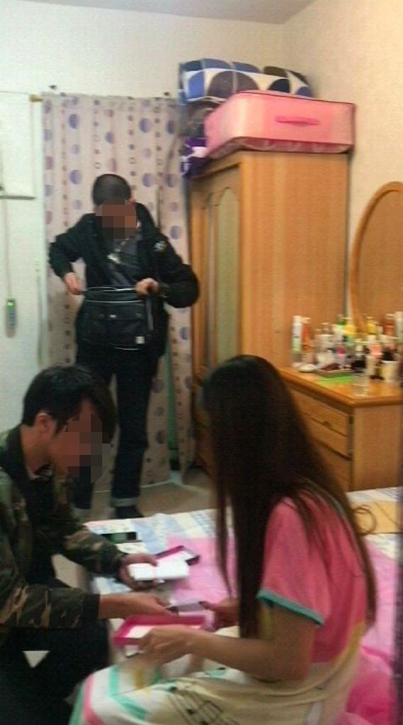 警方逮捕賣淫的35歲阮姓女子。(記者王冠仁翻攝)
