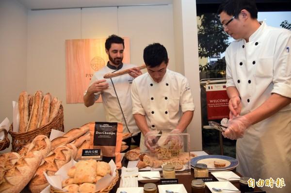 帕莎蒂娜麵包主廚郭軒潾、邱宏宇與佩里格互相切磋、精進技術。(記者張忠義攝)