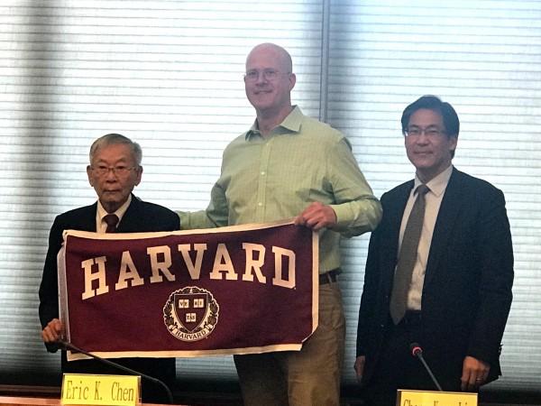 高醫董事陳田植(左)、董事長陳建志(右)接待哈佛師生。(高醫提供)