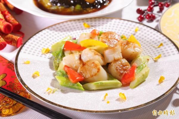 「翡翠炒帶子」是香港人過年時常吃的年菜料理,食材選用新鮮的干貝與蘆筍,有象徵一帆風順的寓意。