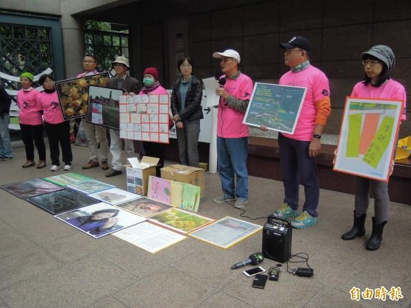 搶救大潭藻礁行動聯盟今召開記者會,呼籲政府應阻擋不當開發。圖為反對中油接收站破壞藻礁的環團去年要求接收站「異地建站」,並送上4300封手寫信給總統。(資料照,記者楊綿傑攝)