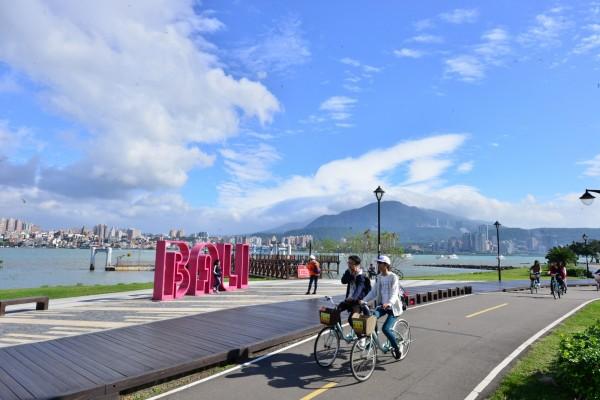 八里左岸公園,可沿著淡水河畔騎自行車到挖仔尾濕地。(新北市教育局提供)