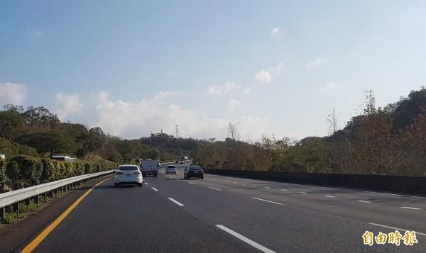 中山高速公路南下苗栗縣頭屋鄉路段,中、內車道年初完成路面瀝青刨鋪重新封層作業,但有用路人發現,行駛時噪音特別大聲,且聲音怪異,讓駕駛感覺有如「輪胎好像抓不住路面」。(記者彭健禮攝)