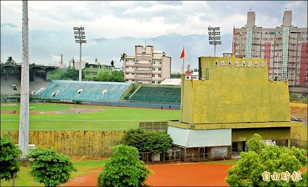 屏東縣府計劃將棒球場遷至六塊厝體育園區。(記者李立法攝)