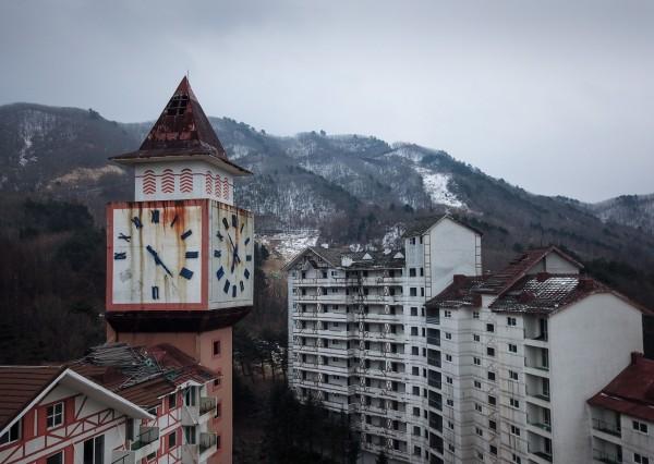 南韓阿爾卑斯山滑雪度假村曾輝煌一時,如今只剩鏽蝕的鐘樓矗立此處。(法新社)