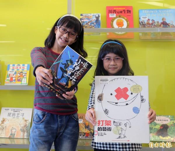 105年度調查,台灣小學生每年平均借20本書,國中生卻大幅下降到7.9本,學者指出許多熱愛閱讀的學童,到了國中開始面臨升學壓力,讀課外書的時間大幅減少。(資料照,記者葉冠妤攝)