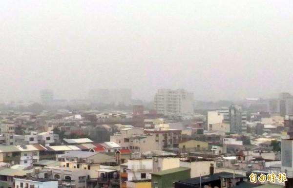 台南天空灰濛濛,環團表示,這次空污全都是「本土自產」的。(記者蔡文居攝)