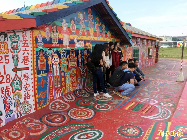 彩虹眷村這面牆最適合拍團體照。(記者張菁雅攝)