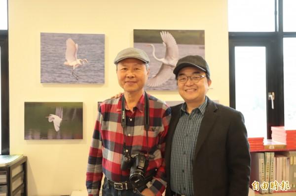 張德謙(左)應台灣教會公報社社長方嵐亭(右)之邀,作品於台灣教會公報社台南總社裡展出。(記者劉婉君攝)