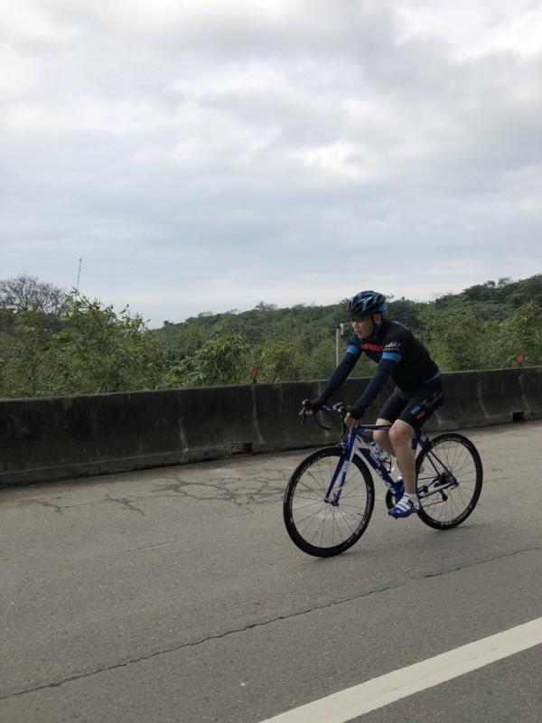 鍾小平日前練習自行車。(圖:鍾小平辦公室提供)