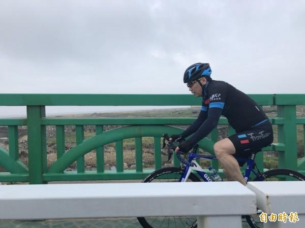 鍾小平日前練習自行車。(記者郭安家攝)
