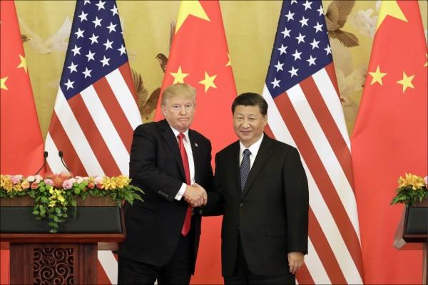 美國貿易代表署發布年度報告指出,美國在錯誤的條件下支持中國加入WTO,中國根本無意成為市場經濟。圖為美圃總統川普去年訪中,與中國國家主席習近平握手畫面。(彭博檔案照)