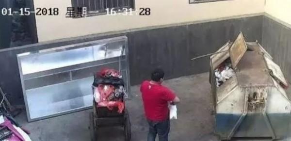 中國雲南一名男子,把女友剛生下的女嬰丟到垃圾桶。(圖擷自微博)