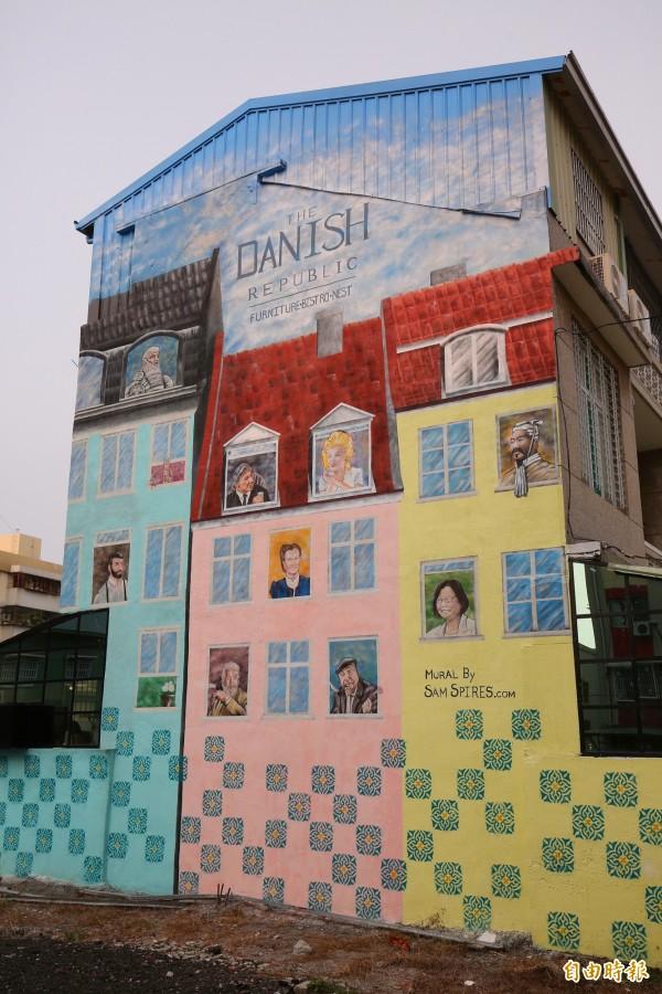 宛如哥本哈根港美景的外牆彩繪,成為打卡熱點!(記者潘自強攝)