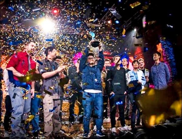 「大哥」陳威霖(tom60229)昨上演逆轉勝成功拿下2017爐石戰記世界冠軍。(暴雪娛樂提供)
