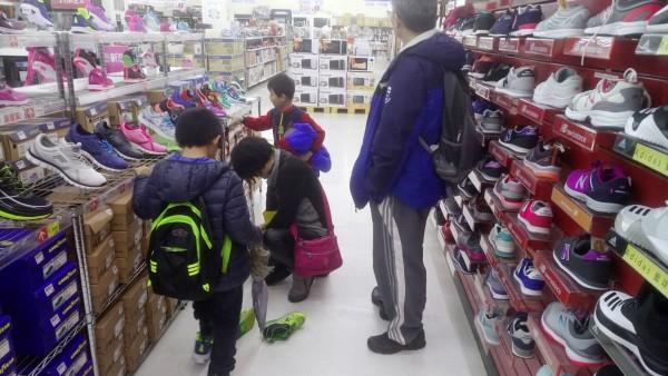 在善款幫助下,學童到大賣場挑選新鞋。(南安國小提供)