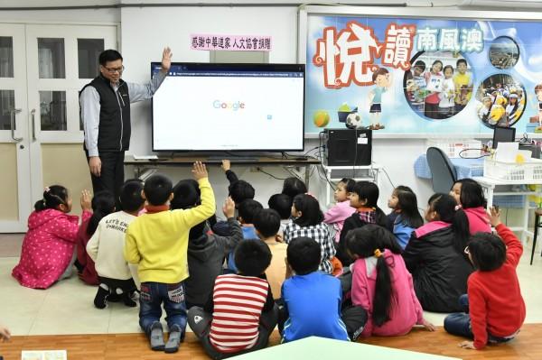 道家人文協會捐贈部教學用65液晶電視,讓校方作教學使用。(南安國小提供)