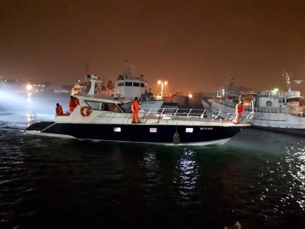 運載越南偷渡客的「野雁737號」遊艇。(記者洪定宏翻攝)