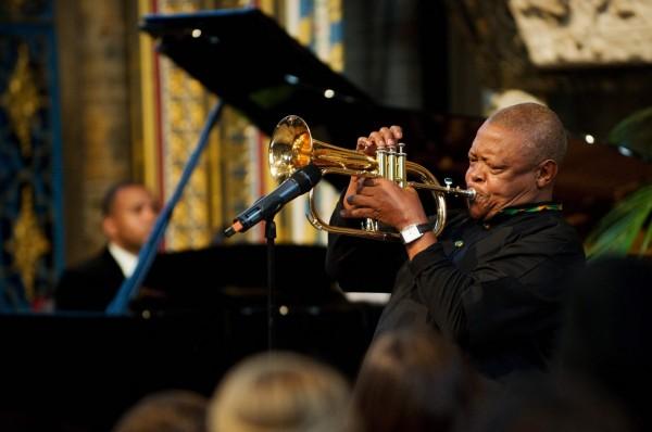 南非爵士樂之父、反種族隔離運動代表人物修‧馬沙凱拉因攝護腺癌病逝,享壽78歲。圖為馬沙凱拉2012年3月於英國倫敦演出。(資料照,法新社)