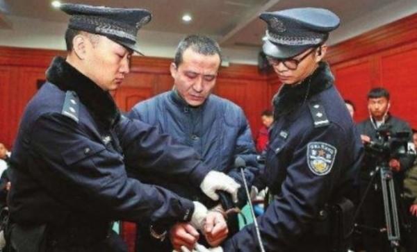 中國陝西應急救援總隊特勤支隊隊長聶李強,持鐵鎚暴打妙齡姊妹花的頭部,並強行脫褲猥褻,造成兩名女孩一死一重傷,聶李強被判死刑但緩期2年執行。(圖擷自微博)