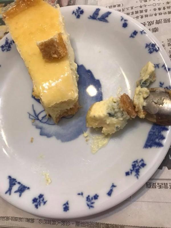 有網友乳酪塔底部有些藍藍灰灰的部分「是不是發霉?」許多買過的網友指出,其實那是乳酪塔內加了「藍紋乳酪」。(圖擷取自臉書社團「COSTCO 好市多 消費經驗分享區」)