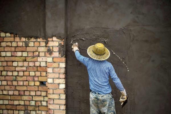 中國工廠付不出錢給員工,竟然拿磚頭替代薪資。(法新社)