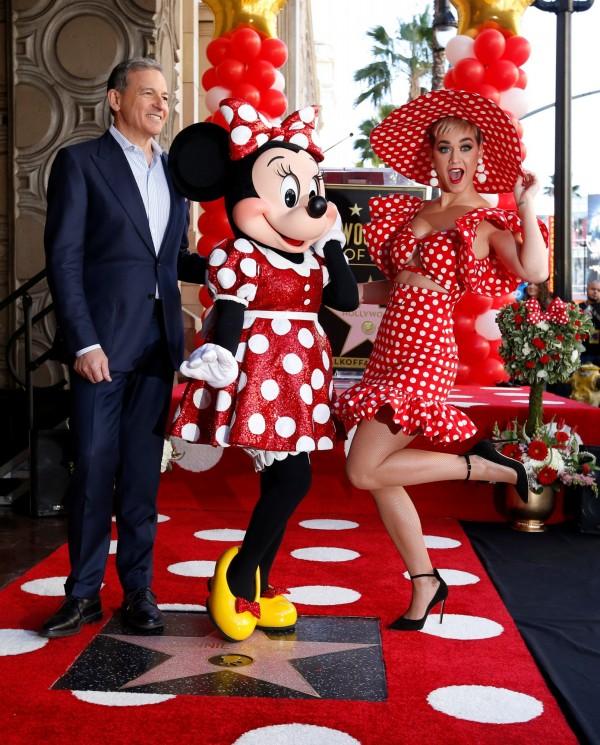 凱蒂·佩芮(右)和迪士尼首席執行長艾格(左)一同主持米妮的「摘星」儀式。(路透)