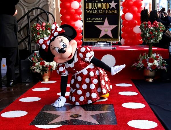 迪士尼經典卡通人物米妮,週一(22日)終於在好萊塢星光大道留名。(路透)