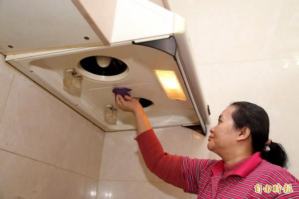 大掃除時要好好清理排油煙機上的油垢,避免附著的油垢受高溫或明火引燃,引發延燒。(記者臺大翔攝)