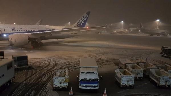 日本東京大雪肆虐,導致當地交通大亂,不少赴日遊玩的台灣旅客,被迫滯留機場。(圖翻攝自洪致文臉書粉專)