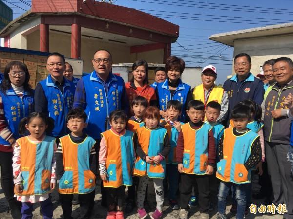苗縣議員李文斌與森杰幼兒園小朋友今早將物資、紅包捐贈給弱勢家庭。(記者鄭名翔攝)