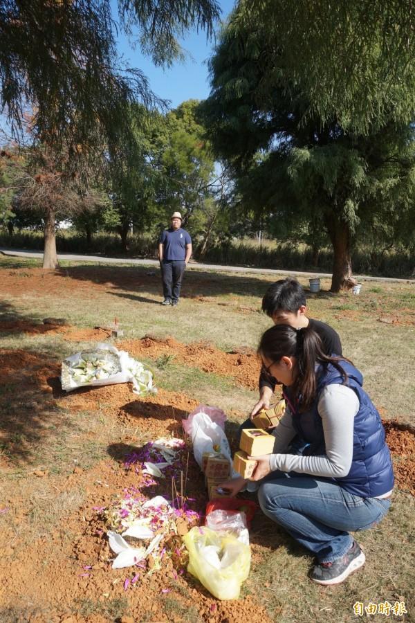 樹葬區禁止放置及焚燒香燭金紙的觀念還有待加強宣導。(記者歐素美攝)
