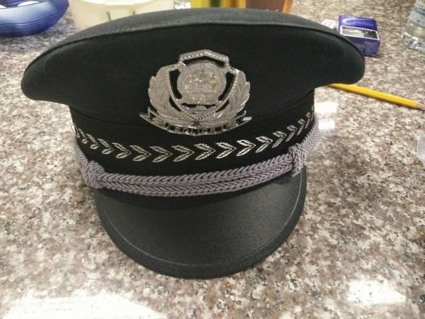 詐騙集團準備公安制服給成員穿,以取信被害人。(記者詹士弘翻攝)