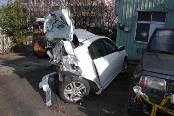 酒駕男喝太茫,直接撞翻路邊轎車釀1死,遭撞車輛幾乎全毀。(記者蔡政珉翻攝)