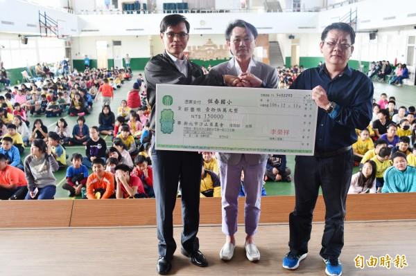 李榮祥(中)捐贈15萬元獎學金給母校恆春國小,校長鄭鴻博(左)代表接受。(記者蔡宗憲攝)