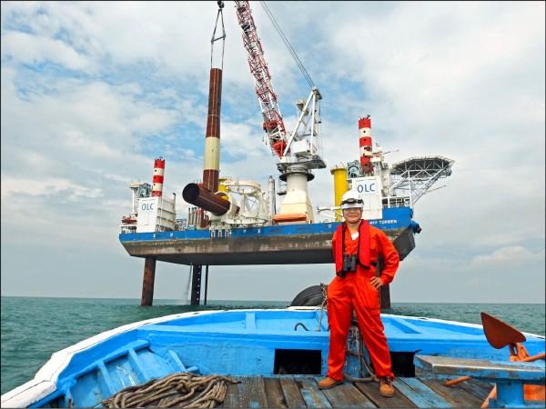 蔡朝陽為了離岸風電,考了數張執照才能登上工作船視察(蔡朝陽提供)。