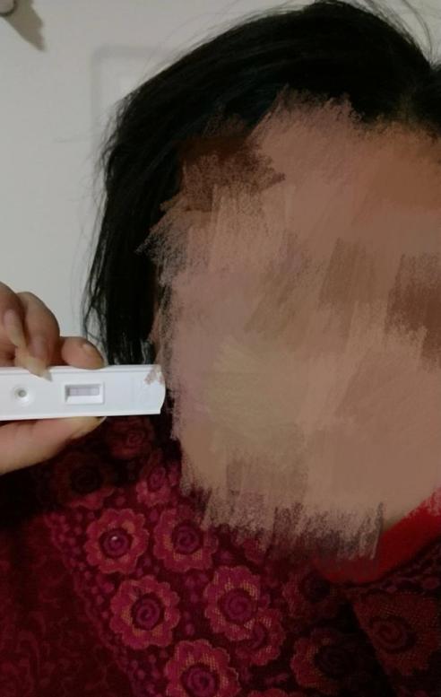 女童拿著驗孕棒,顯示陽性。(圖擷取自網路)