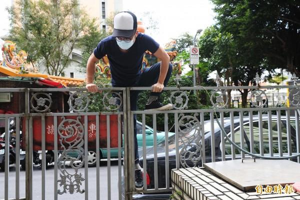 公寓住戶應隨時注意,住家附近是否形成易攀爬空間,讓竊賊從外部攀爬入室。(記者陳怡君攝)