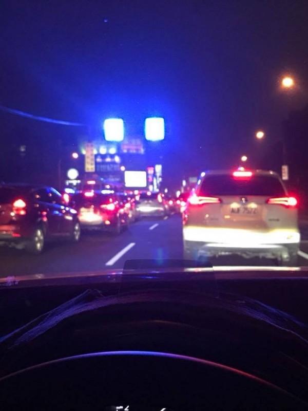 新竹縣竹北市光明六路近來有民眾抱怨,當地道路上的電子交通號誌亮度太強,導致用路人易產生瞬間致盲現象。(圖擷取自新竹爆料公社)