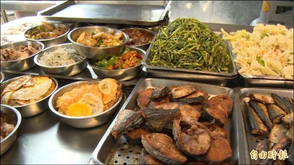 「徐媽媽會客菜」販售的是一般自助餐菜色。(記者謝武雄攝)