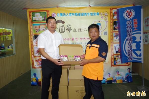 張健福(左)初選勝出,可望獲黨提名角逐東勢鄉長。(記者林國賢攝)