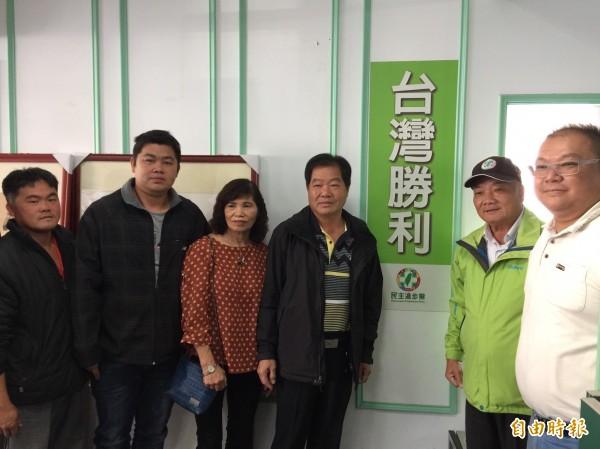 吳滄得(右三)贏得初選,將競選斗南鎮長。(記者林國賢攝)
