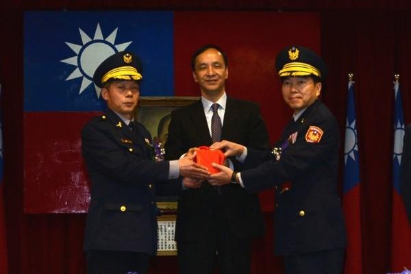 新任分局長謝宗宏(右)從市長朱立倫手中接下印信(記者吳昇儒翻攝)