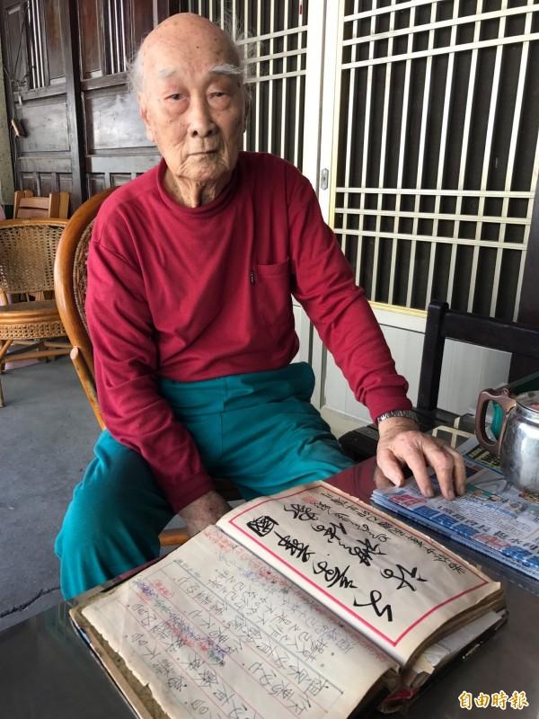 一句話讓吳登造到了90歲,還是天天翻字典。(記者洪臣宏攝)